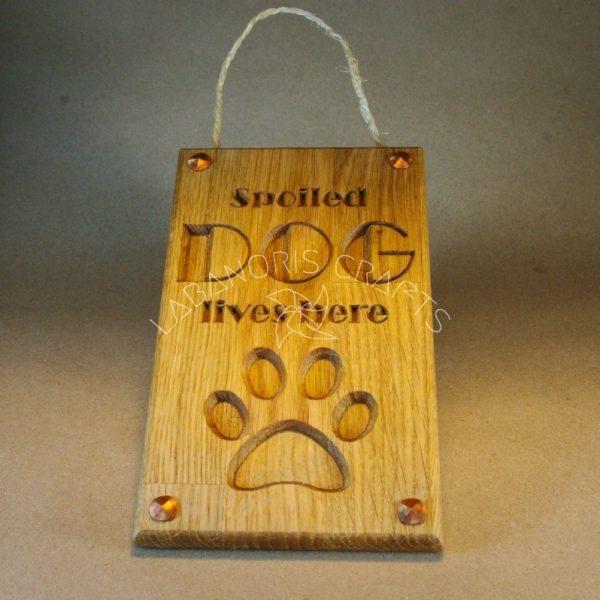 Medinis ženklas iškaba Čia gyvena šuo