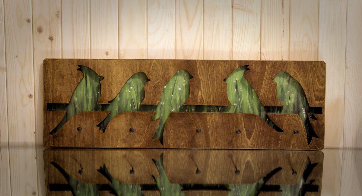 Kabykla ant sienos - fotopaveikslas Paukščiai pievoje