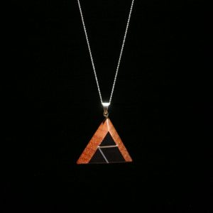 Grandinėlė su mediniu medalionu Piramidė