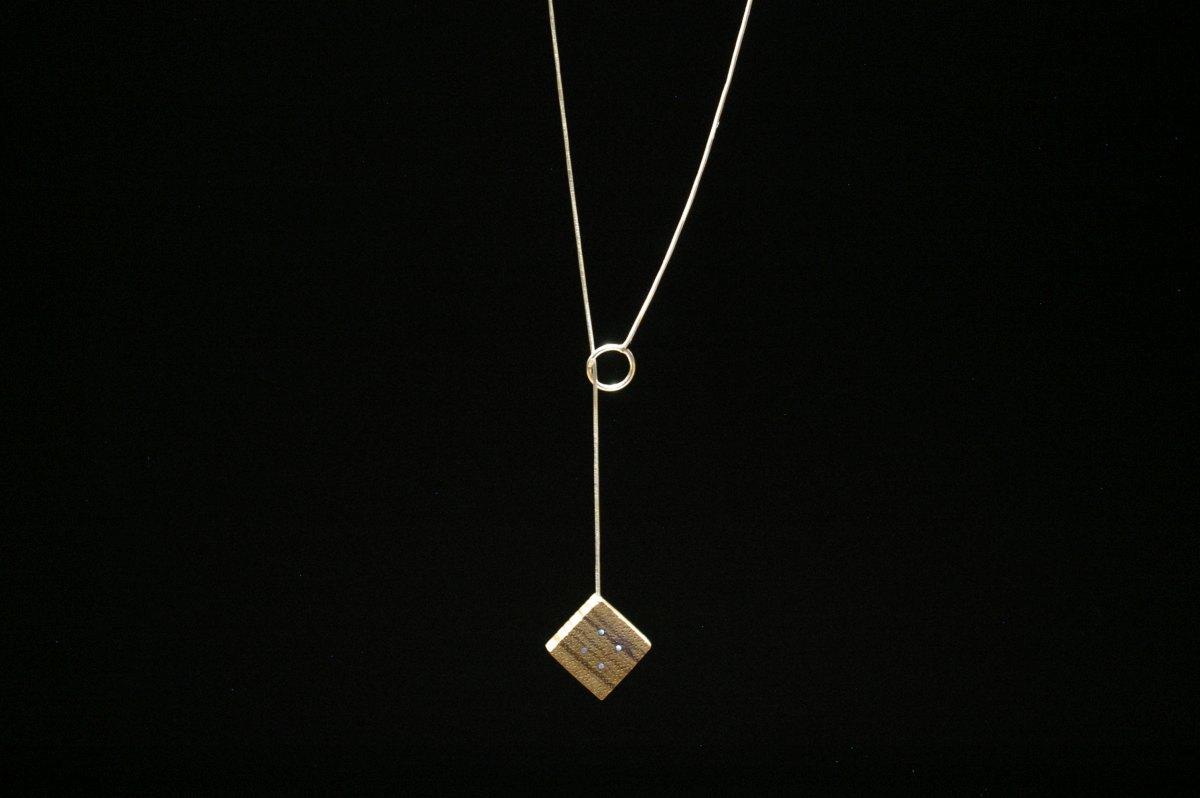Perveriama grandinėlė su mediniu medalionu Keturi