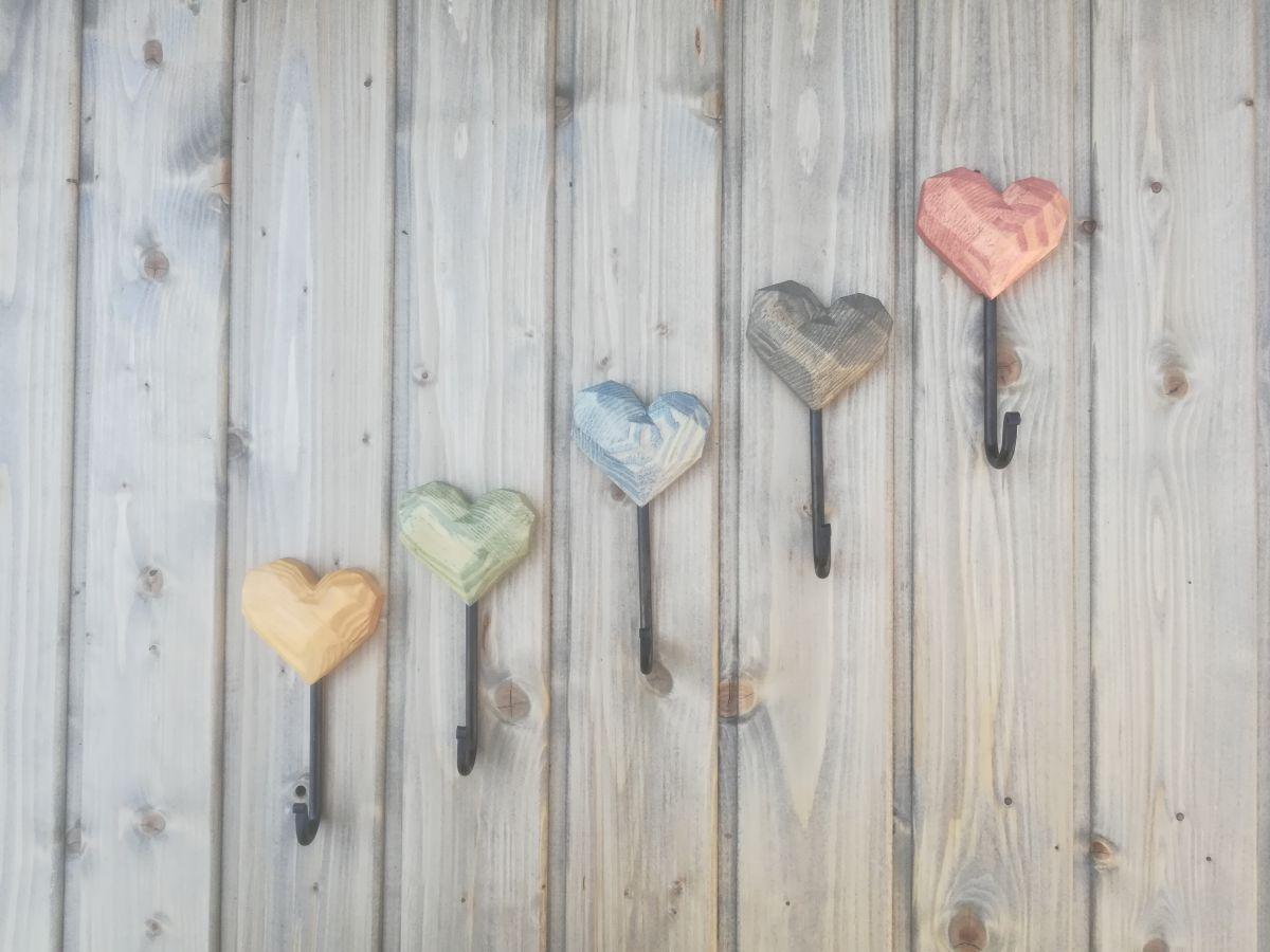 Medinis rankų darbo rūbų kabliukas Širdutė spalvota