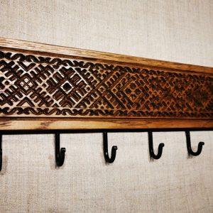 Tautiniais motyvais puošta ąžuolinė sieninė rūbų kabykla Etno su 6 kabliukais