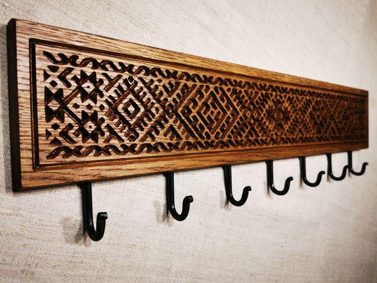 Tautiniais motyvais puošta ąžuolinė sieninė rūbų kabykla Etno su 7 kabliukais