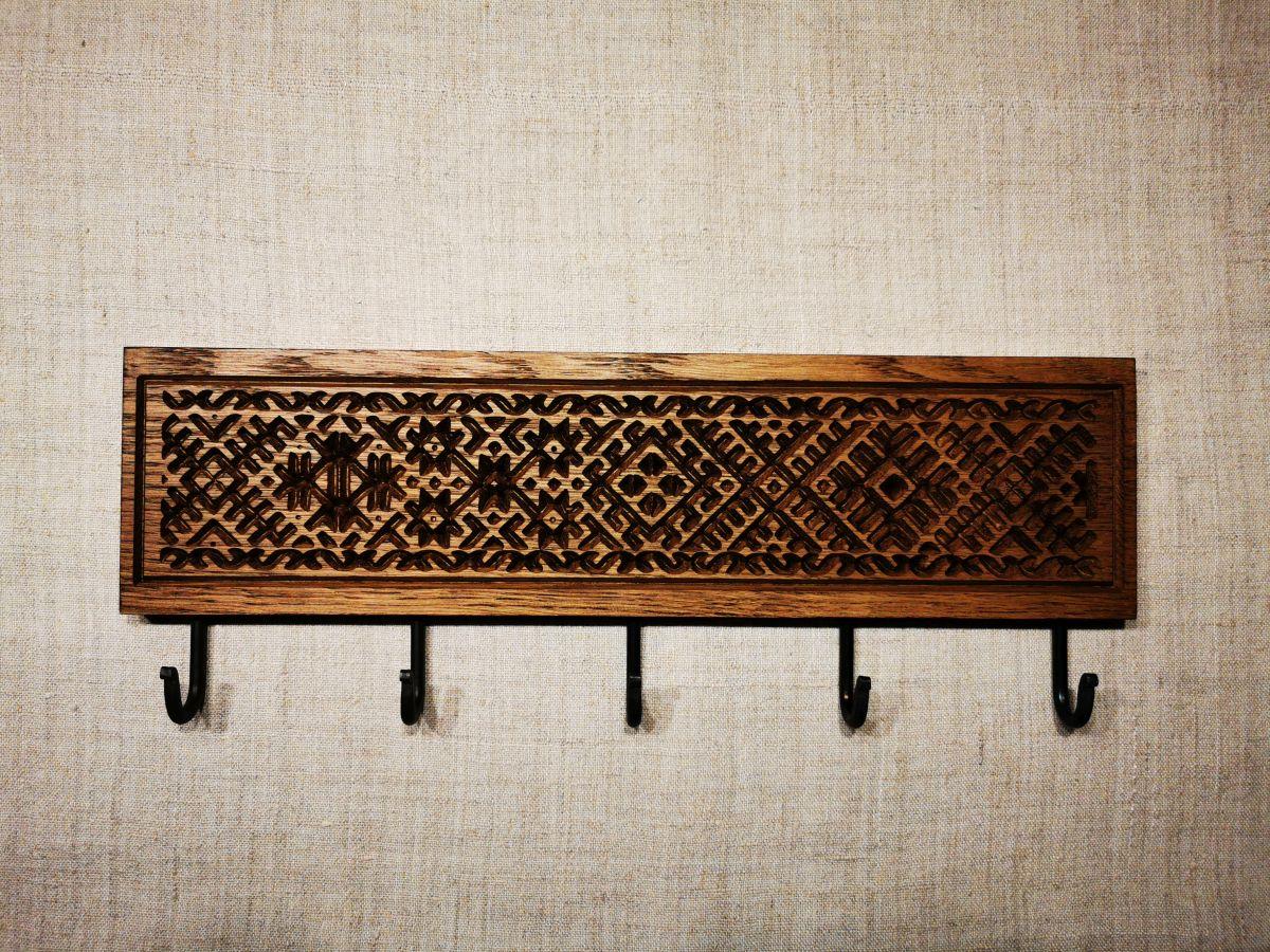 Tautiniais motyvais puošta sieninė rūbų kabykla Etno su 5 kabliukais