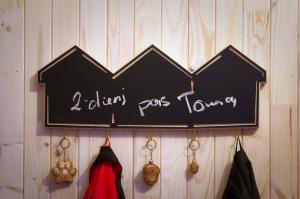 Sieninė kabykla su rašymo lenta Trys Trobelės