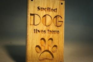 Medinė lentelė Piktas šuo